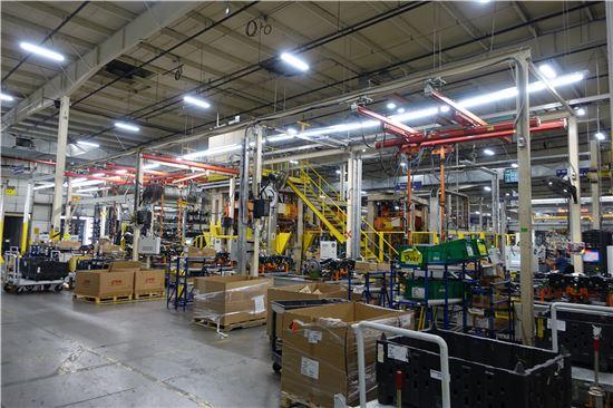 현대모비스 디트로이트 공장 안에는 1대에 약 27억원이나 하는 첨단 고급 설비들을 비롯해 다양한 장치들과 자재들을 통해 제품이 조립되고 있다.