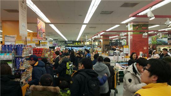 16일 이마트 왕십리 점에서 쇼핑객들이 물건을 고르고 있다.