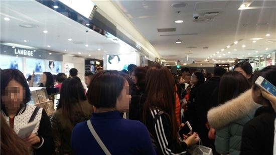 16일 롯데백화점 소공본점 화장품 매장에서 여성고객들이 쇼핑을 하고 있다.