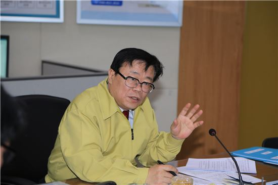 이동필 농림축산식품부 장관이 18일 구제역 상황회의를 주재하고 있다.