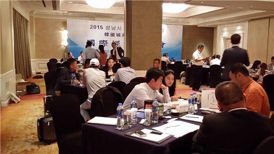 지난해 9월 중국 장춘에서 열린 성남시 해외시장 개척단 사업에 참여한 성남지역 중소기업이 현지 바이어와 상담을 진행하고 있다.