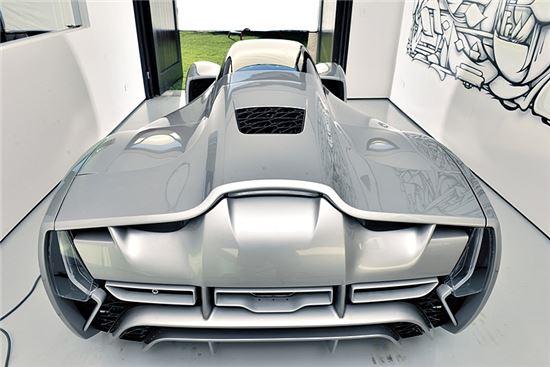 지난해 6월 미국 스타트업 다이버전트 마이크로팩토리스가 공개한 이 슈퍼카 '블레이드'는 3D프린터로 차체를 제작됐다. 탄소복합소재가 사용돼 일반 자동차보다 90%가량 가벼우며 시속 100km까지 도달하는 시간은 2초에 불과하다.