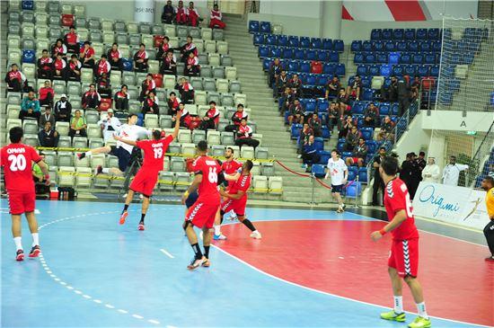 남자핸드볼대표 윤시열이 18일 바레인 마나마경기장에서 열린 오만과의 아시아선수권대회 조별리그 A조 2차전에서 슛을 시도하고 있다, 사진=대한핸드볼협회 제공