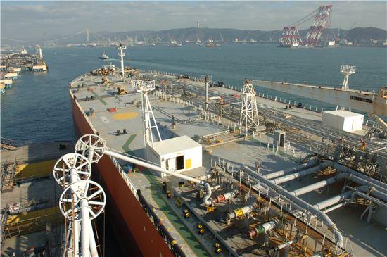 19일 울산에 위치한 SK이노베이션 정유ㆍ석유화학공장의 부두에서 중국 국적 유조선이 싱가포르로 수출되는 경유(6만8000톤)를 싣고 있다.