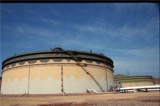 초대형 원유저장탱크의 전경. 높이 23미터, 지름 85미터로 장충체육관 전체가 그대로 들어가고도 남는 크기다.