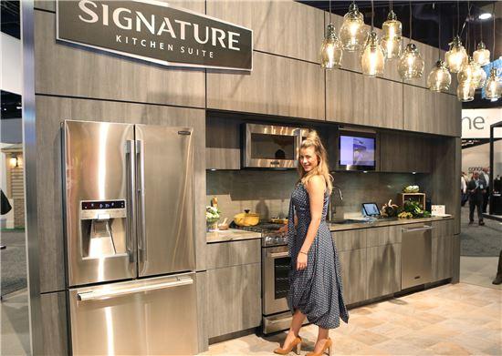 '시그니처 키친 스위트'의 홍보대사로 참여한 유명 영화배우 '로 보스워스(Lo Bosworth, 오른쪽)'가 '시그니처 키친 스위트'를 소개하고 있다.