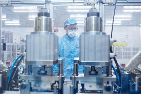 SK이노베이션의 엔지니어가 배터리 셀 생산 과정을 지켜보고 있다.