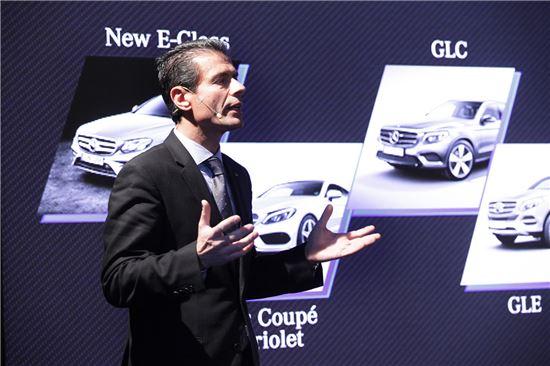 디미트리스 실라키스 메르세데스벤츠코리아 사장이 신년 기자간담회를 통해 올해 주력 모델 출시 계획에 대해 설명하고 있다.