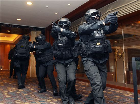 20일 롯데월드타워 대 테러팀인 L-SWAT 대원들이 대 테러 종합 훈련을 실시하고 있다.