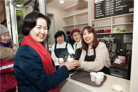 김수영 양천구청장 자원봉사자들과 환담