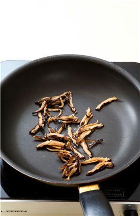 2. 표고버섯은 물에 불려 물기를 짜고 곱게 채 썰어 팬에 식용유를 두르고 볶다가 소금으로 간한다.
