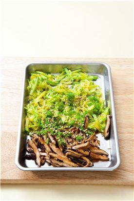4. 애호박, 표고버섯, 풋고추를 섞어 참기름, 깨소금, 후춧가루를 넣어 섞는다.