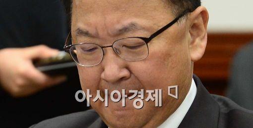 [포토]유일호 경제부총리 '고심'