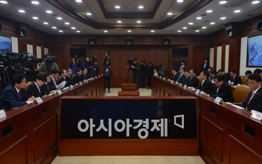 [포토]유일호 부총리, 첫 경제관계장관회의