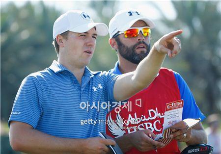 조던 스피스(왼쪽)가 아부다비HSBC골프챔피언십을 앞두고 연습라운드 도중 캐디와 샷을 의논하고 있다. 아부다비(UAE)=Getty images/멀티비츠
