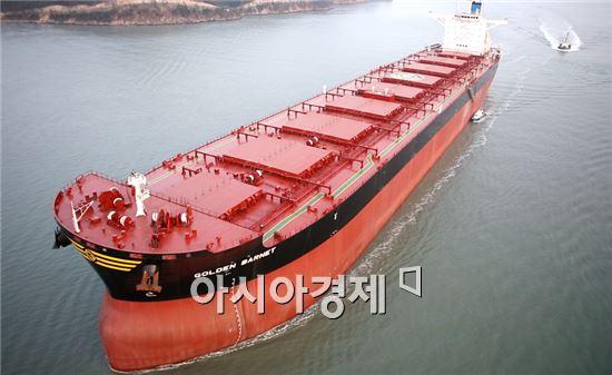 대한조선이 지난 15일 인도한 18만톤급 벌크선이 출항하고 있다.