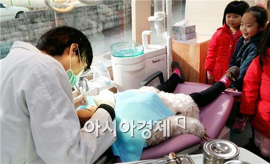 함평군보건소(소장 박성희)는 다음달 23일까지 관내 어린이집과 사회복지시설 14곳 아동 300여 명을 대상으로 충치예방을 위한 찾아가는 치과이동진료를 실시한다.