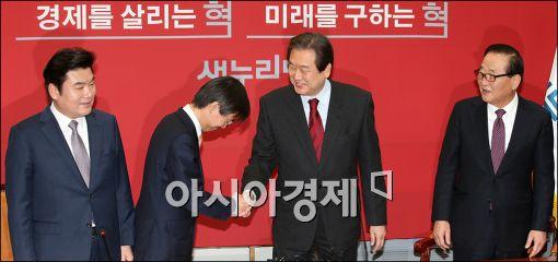 [포토]김무성 대표앞에 고개숙인 조경태 의원