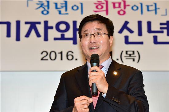염태영 수원시장이 21일 신년 기자간담회에서 인사말을 하고 있다.