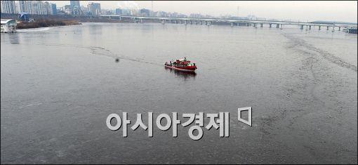 [포토]'한강 얼음을 깨자'