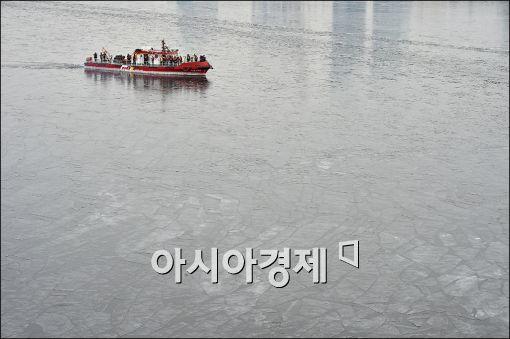 [포토]긴급 한강얼음 깨기