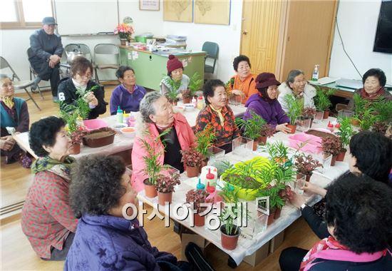 진도군이 운영하고 있는 군민한글학교에서 노인성 질환 치료와 예방을 위한 원예치료 교육이 실시됐다.