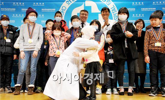 화순전남대병원 의료진들이 완치 환아들을 포옹하며 축하하고 있다.