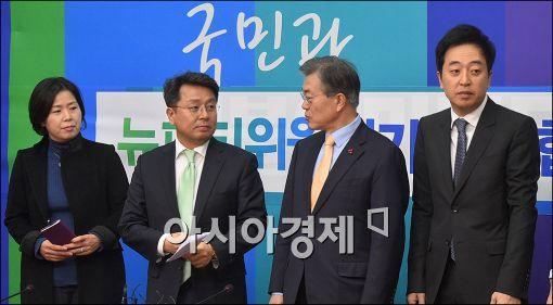 [포토]이야기하는 문재인·이철희