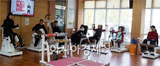 장흥군(군수 김성)은 주민들을 대상으로 맞춤형 원스톱 건강서비스를 제공해 큰 호응을 얻고있다.
