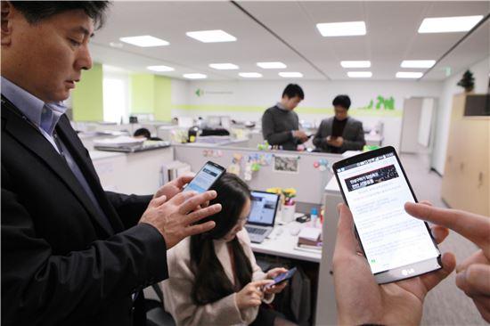 LG 임직원들이 모바일과 PC를 통해 '민생구하기 입법촉구 서명운동'에 참여하고 있다.