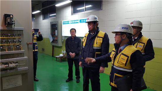 조환익사장(우측 세번째)이 아파트를 방문해 한파대비 긴급설비점검을 하고있다