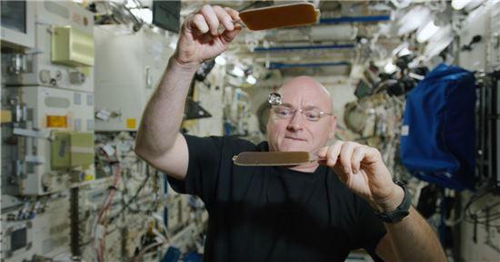 ▲스콧 켈리가 국제우주정거장에서 물방울 탁구를 시연하고 있다.[사진제공=NASA]