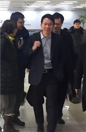 ▲최창원 SK케미칼 부회장이 24일 김포공항을 통해 입국하고 있다. 김 부회장은 지난 19~23일 열린 스위스 다보스포럼에 참석했다.