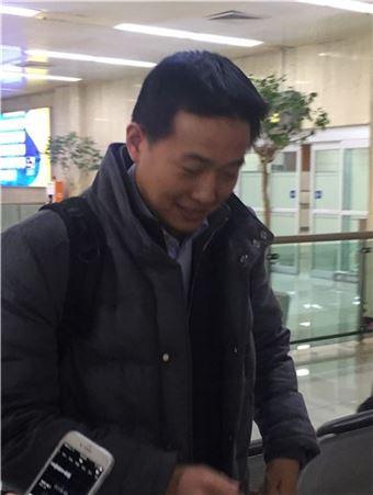 ▲김동관 한화큐셀 전무가 스위스 다보스포럼에 참석한 후 24일 김포공항을 통해 입국하고 있다.