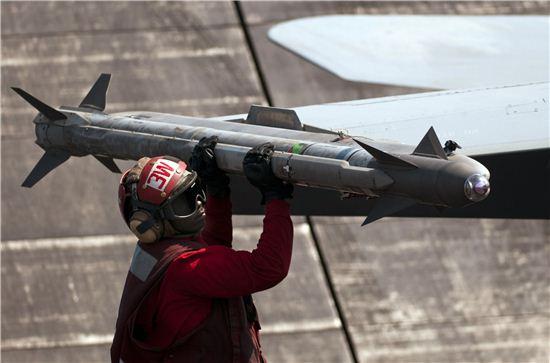 미해군 무장사가 호넷 전투기에 장착된 AIM-9X  미사일을 점검하고 있다.