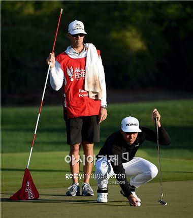 리키 파울러가 아부다비HSBC골프챔피언십 3라운드 잔여 경기 도중 15번홀에서 퍼팅라인을 살피고 있다. 아부다비(UAE)=Getty images/멀티비츠
