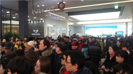 22일 문을 연 '원주 롯데캐슬 더 퍼스트 2차' 견본주택이 방문객들로 붐비고 있다.(자료:롯데건설)