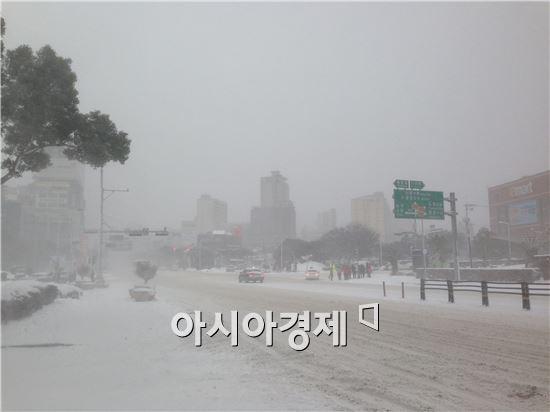 24일 제주 시내에는 강한 눈보라와 매서운 돌풍이 불었다. 이날 택시나 대중교통을 제외하고 도로를 달리는 차는 쉽게 눈에 띄지 않았다.