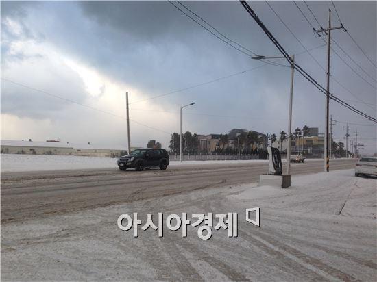24일 제주 시내에서 운전자들은 얼어붙은 빙판길에서 거북이 운전을 해야했다.