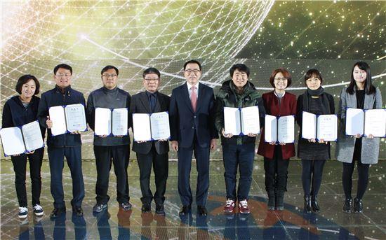 """신한銀, 직원 8명 특진…""""성과주의 문화 확립"""""""