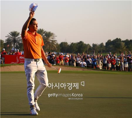 리키 파울러가 아부다비HSBC골프챔피언십 우승 직후 환호하고 있다. 아부다비(UAE)=Getty images/멀티비츠