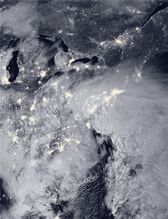 ▲인공위성이 포착한 미국 동부 지역의 눈폭풍.[사진제공=NOAA/NASA]