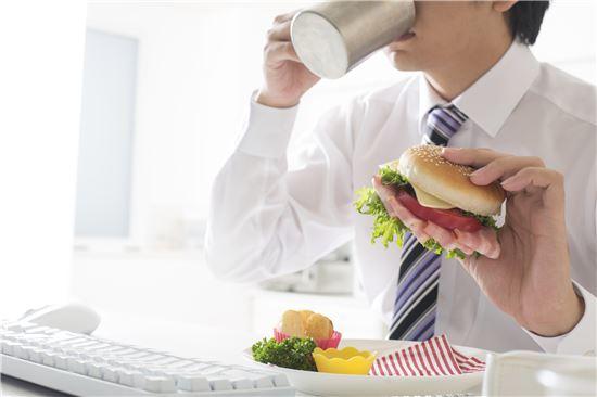 [건강을 읽다] 위 건강 위협 '혼밥'…짜고 매운 음식 피해야