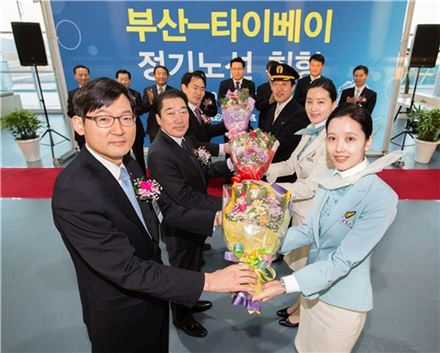 부산~타이베이 신규노선 취항식에 참석한 이진호 대한항공 한국지역본부장(앞줄 왼쪽에서 첫번째)과 홍기호 부산광역시 교통국장(앞줄 왼쪽에서 두번째) 등 관계자들이 꽃다발을 받고 있다.