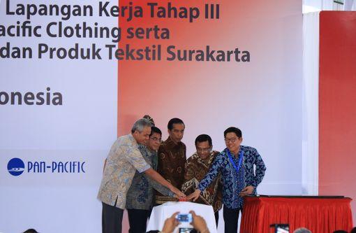 태평양물산의 인도네시아 신설법인 준공식이 지난 1월 22일 인도네시아 워노기리에서 진행되고 있다. 왼쪽부터 주지사 간자르 프라노우(Ganjar Pranowo), 투자청장 프랭키 시바라니(Franky Sibarani), 인도네시아 대통령 조코 위도도(Joko Widodo), 산업부장관 살레 후신(Saleh Husin), 태평양물산 임석원 대표이사.