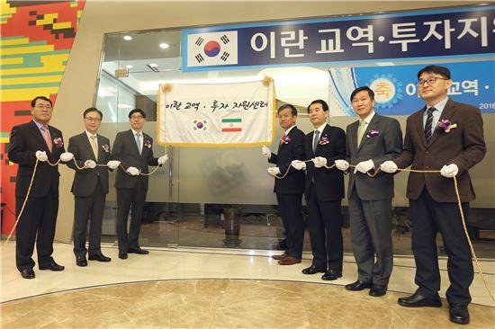 25일 서울 소공로 소재 우리은행 본점에서 이광구 우리은행장(사진 왼쪽에서 3번째)이 최상목 기획재정부 제1차관(사진 왼쪽에서 4번째) 및 관계기관 임직원과 함께 '이란 교역·투자지원센터' 현판식을 하고 있다.