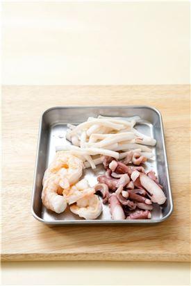 3. 끓는물에 소금을 넣어 오징어, 새우, 낙지를 각각 데쳐 물기를 제거한다. (Tip 해산물을 삶을 때 물을 너무 많이 부으면 맛이 없으니 조금만 넣고 삶는다.)