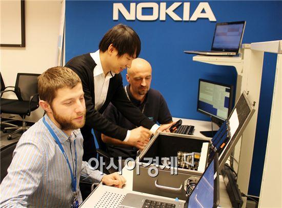 SK텔레콤은 글로벌 네트워크 장비 업체인 노키아와 eMBMS기반  그룹통신기술(GCSE)를 공동 개발했다고 26일 밝혔다. SK텔레콤과 노키아 기술진이 헝가리 부다페스트에 위치한 노키아연구소에서 일괄통신 기능을 시연하고 있다.