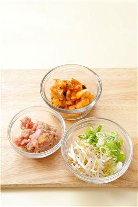 2. 다진 돼지고기는 분량의 양념 재료로 양념하고 대파는 송송 썰고 김치는 잘게 썰고 숙주는 깨끗하게 다듬어 적당한 크기로 자른다.