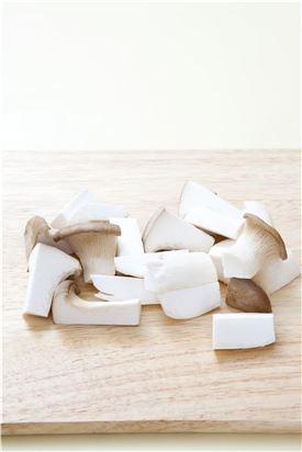 1. 새송이버섯은 먹기 좋은 크기로 썬다.
